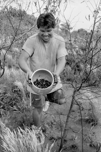 Kanari Kuikuro showing Carlos Fausto a pot full of winged leafcutter ants he has just collected. Photo by Carlos Fausto.